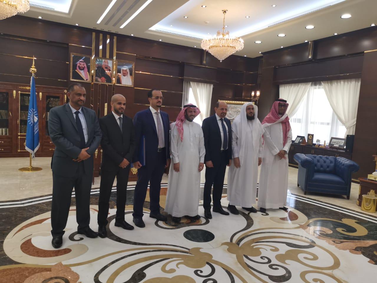سفير اليمن يلتقي أمير منطقة المدينة المنورة بالسعودية