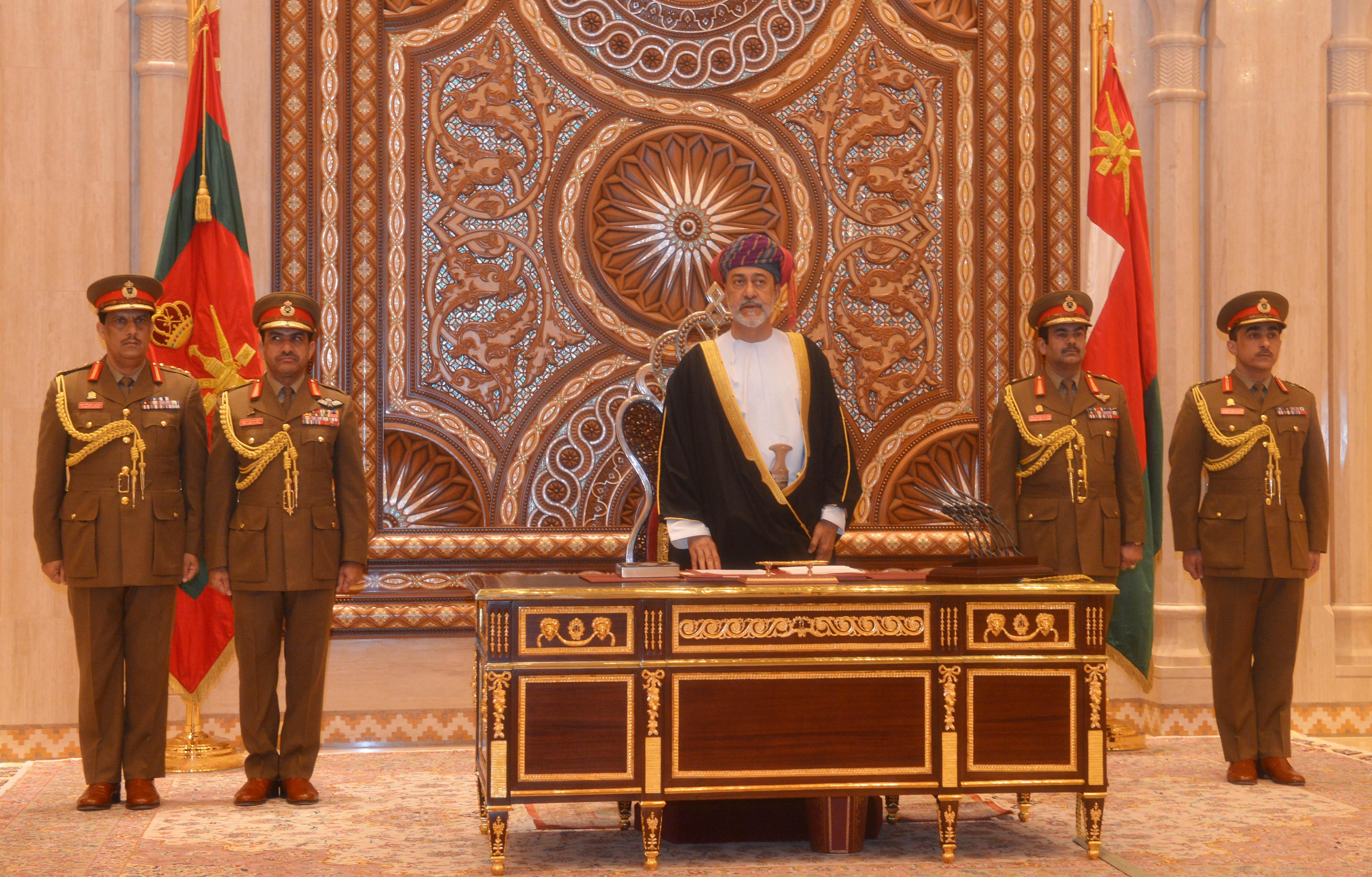 سلطان عمان هيثم بن طارق يؤدي قسم اليمين